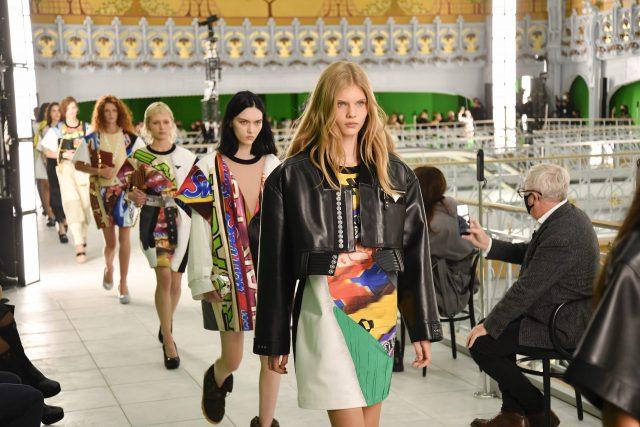 綠幕下的時裝展:Louis Vuitton 虛實結合的極致|Spring/Summer 2021